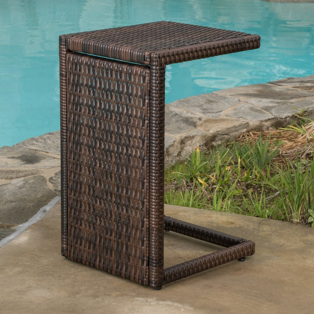 Lakeport Wicker Chaise Lounge with Wicker Side Table